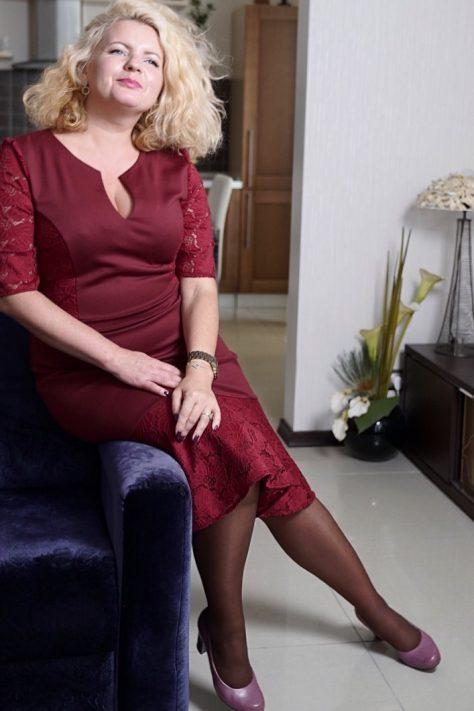 Платье с гипюром и воланом
