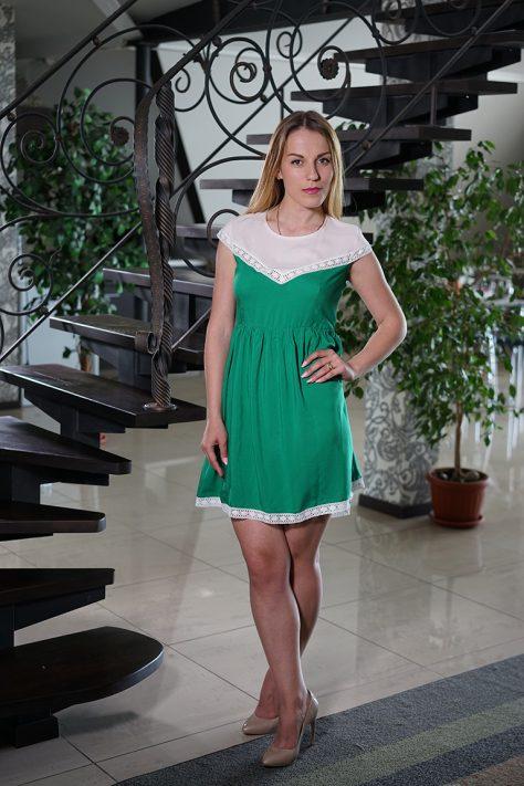 Платье  двухцветное с кружевной отделкой