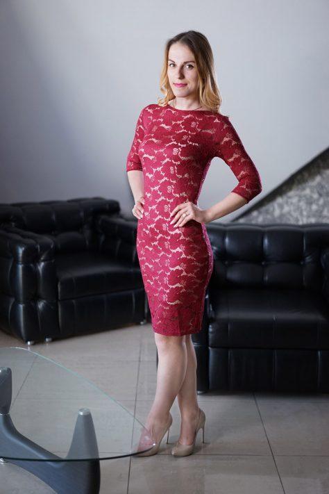 Платье-чехол марсала