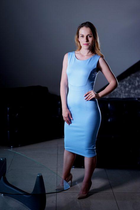 Платье-футляр с декоративным подрезом под грудью