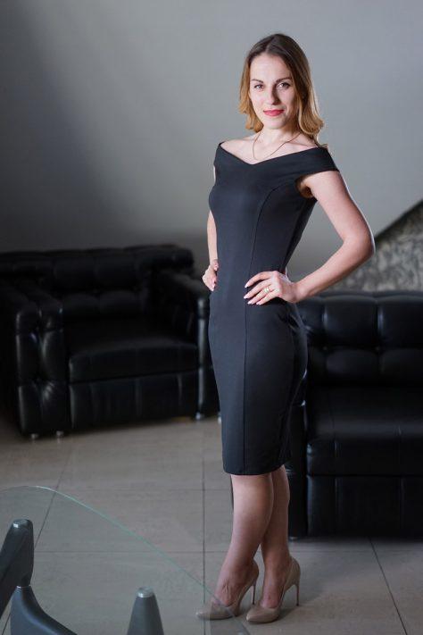 Платье-футляр с красивой формой декольте
