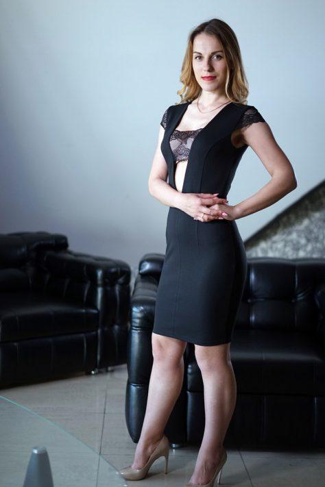 Платье с кружевными рукавчиками и вставкой по центру груди