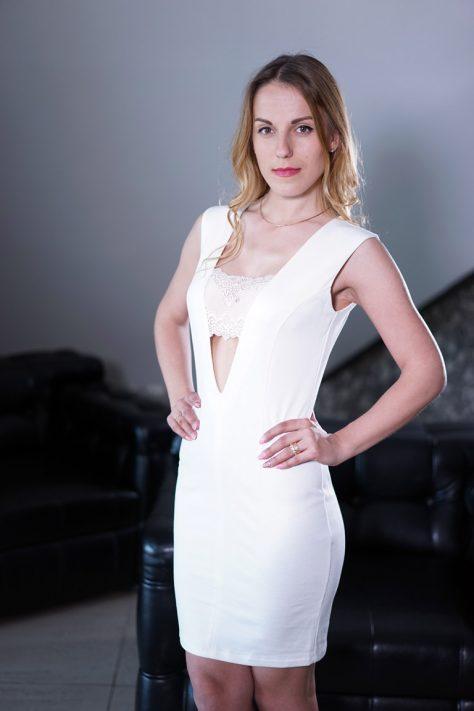 Платье с кружевной вставкой по линии груди.