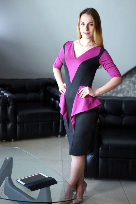 Платье с рукавами и декоративной баской, цветное