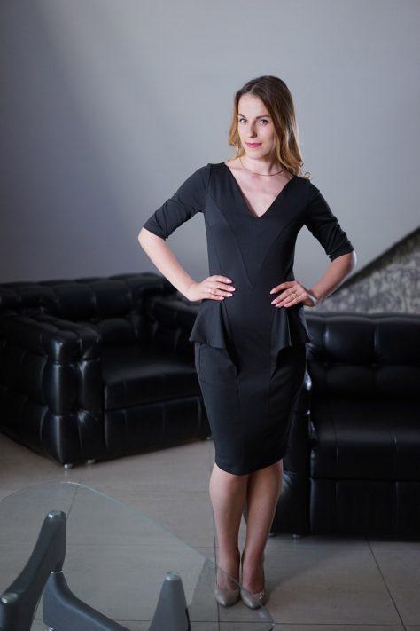 Платье с рукавами и декоративной баской, однотонное