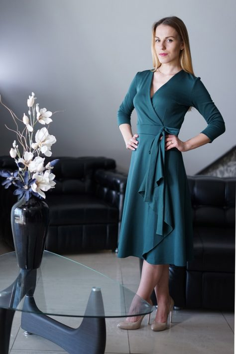Платье «на запах» с клешной юбкой и поясом