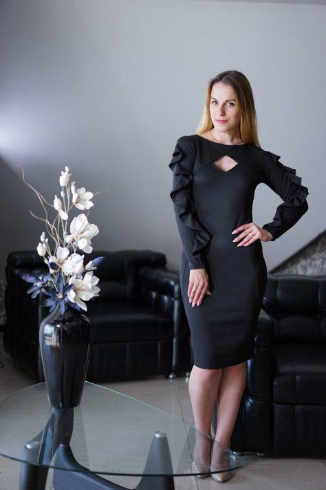 Платье с фигурным вырезом и декоративными воланами по рукаву