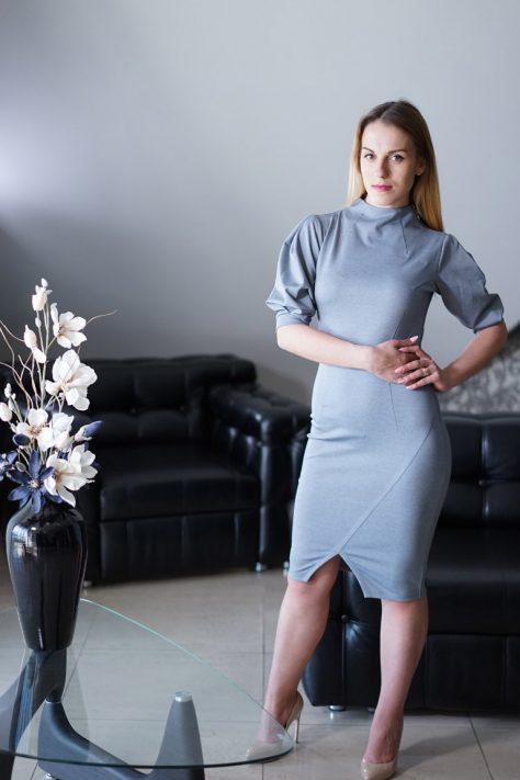 Платье с ассиметричными подрезами, пышными рукавами